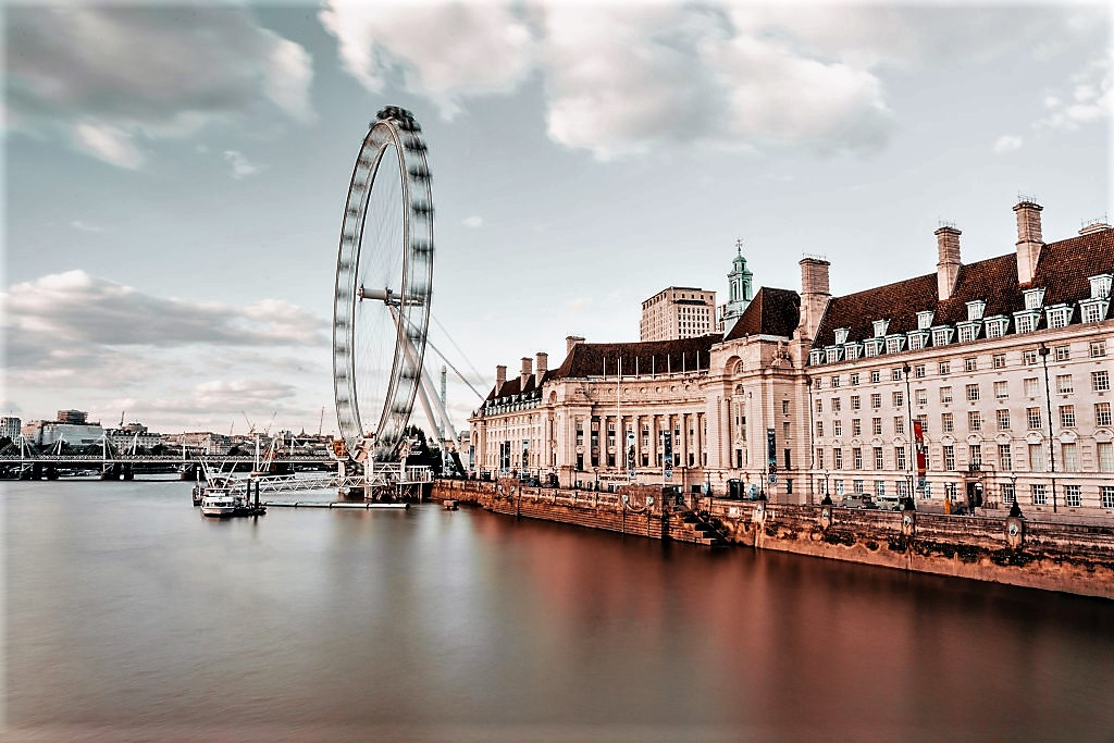 County Hall in the foreground with the London Eye, photo Marc Lamy / unsplash